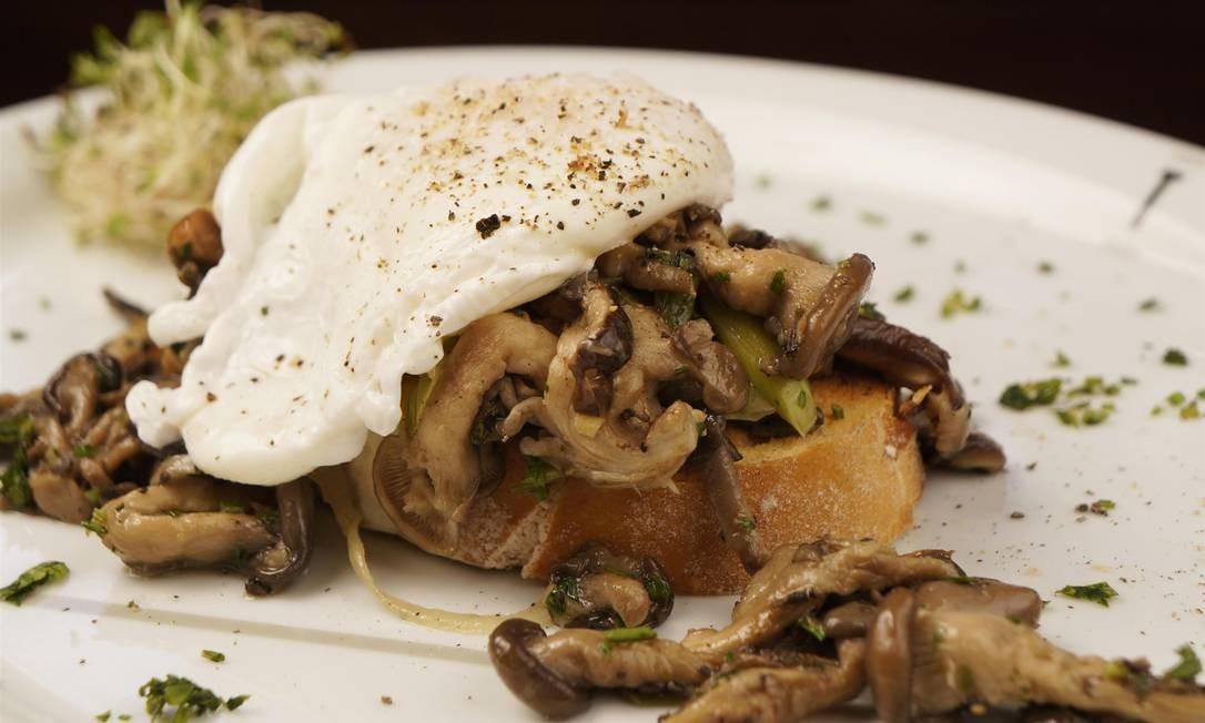 Tragga. Bruschetta de cogumelos shiitake e shimeji trufados, alho-poró e ovo poché por cima (R$ 19). Rua Capitão Salomão 74, Humaitá (3507-2235) Foto: Bruno de Lima / Divulgação