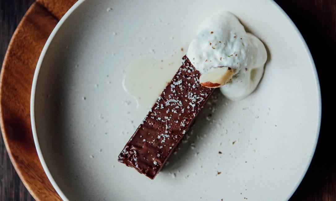 Cortés. A torta de chocolate belga é servida com espuma de cupuaçu (R$22). Av. Afrânio de Melo Franco 290, Leblon (3576-9707) Angelo Dal Bó / Divulgação