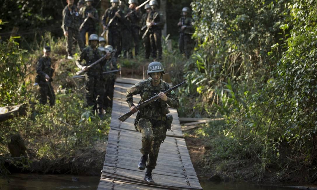 A cadete Tamara Diehl durante treinamento na Academia Militar das Agulhas Negras Foto: Márcia Foletto / Agência O Globo