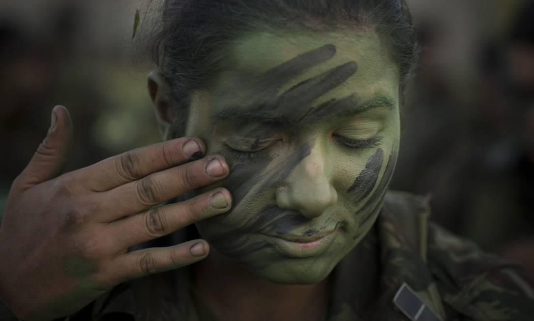 A camuflagem é item essencial no treinamento de campo Foto: Márcia Foletto / Agência O Globo