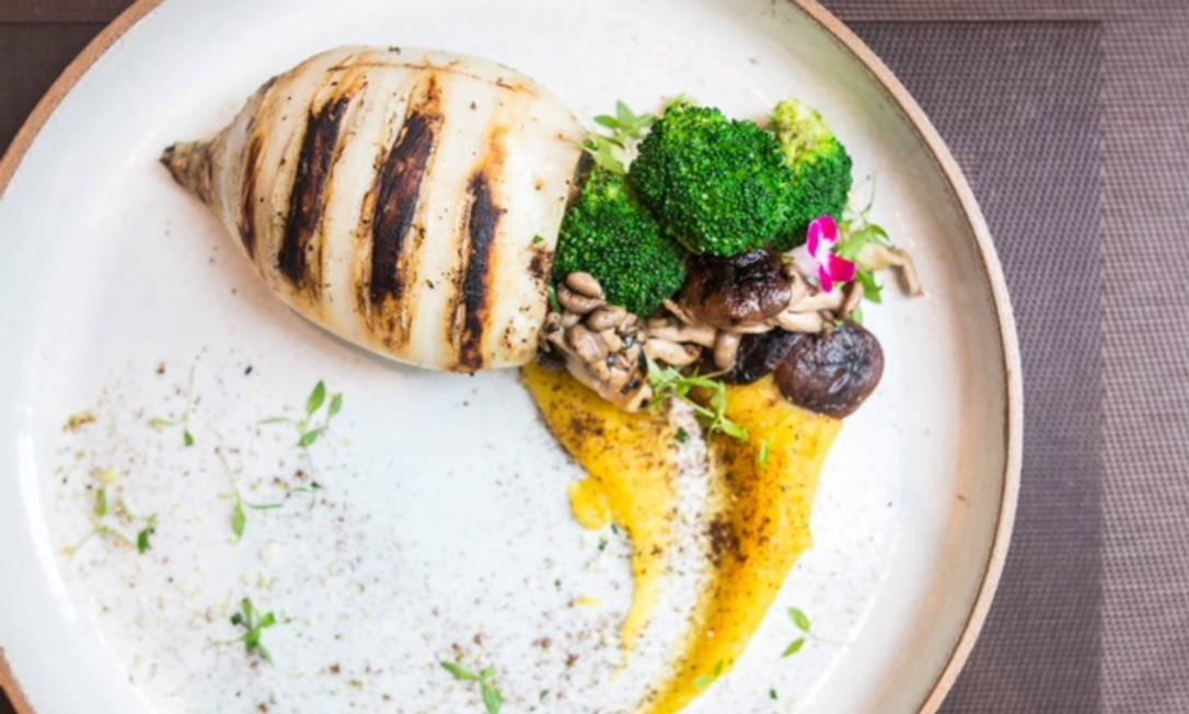 Dona Desirée. Uma das novidades do cardápio é o cogumelo na brasa com purê de batata trufado, farofa de Araxá e ovo perfeito (R$ 52). Av. General San Martin 359, Leblon (2323-6919) Foto: Laís Moss / Divulgação