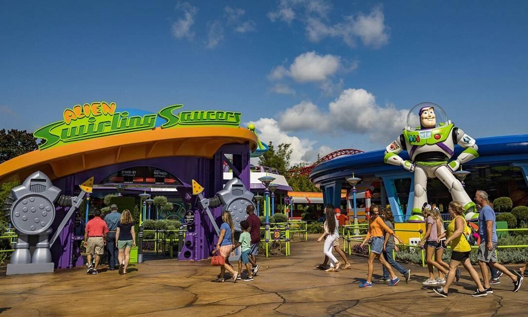 Entrada da atração Alien Swirling Saucers e Buzz ao lado Foto: Divulgação