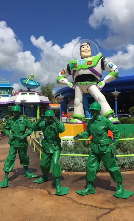 Soldadinhos verdes na frente de Buzz na ToyStory Land Foto: Marcelo Balbio