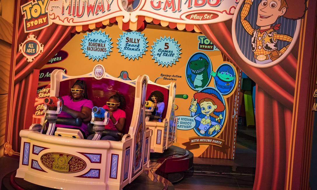 Apontar... Visitantes com óculos especiais miram alvos na Toy Story Mania Foto: Matt Stroshane/Disney