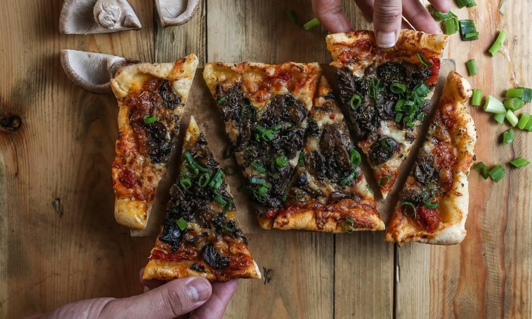 Seu Vidal. As pizzas têm massa de pão de queijo. A da foto é de cogumelos (R$28). Rua Ronald Carvalho 275, Copacabana (3439–7719) Foto: Yulli Nakamura / Yulli Nakamura