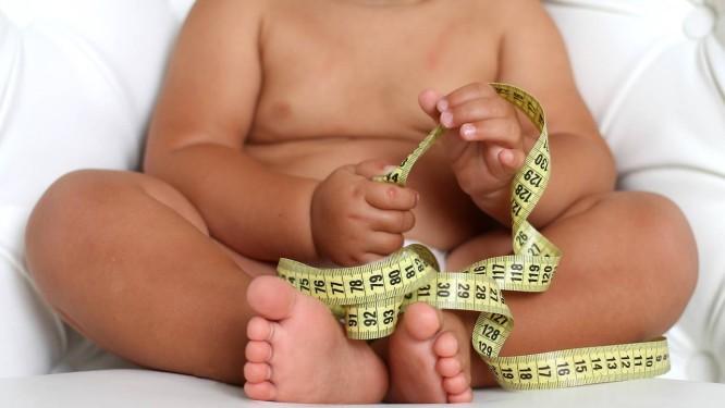 Criança acima do peso ideal: estudo analisou influência das decisões de estilo de vida das mães na obesidade infantil Foto: Dementeva Julia
