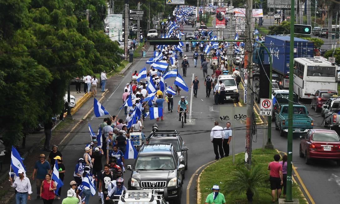 Manifestantes formam cordão humano em Manágua para pedir a renúncia do presidente da Nicarágua, Daniel Ortega Foto: MARVIN RECINOS / AFP