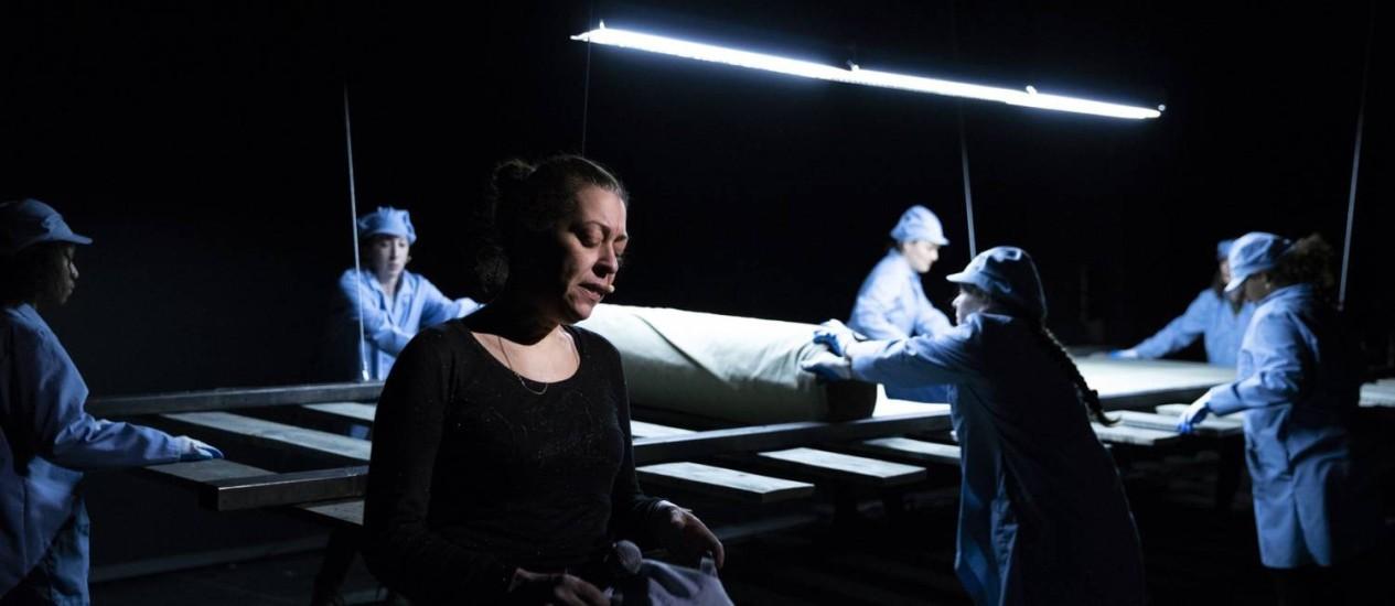 """A atriz Betty Bonifassi na peça """"Slav"""", de Robert Lepage, que faria parte do Festival Internacional de Jazz de Montreal e acabou sendo cancelada acusada de racismo Foto: ELIAS DJEMIL-MATASSOV / NYT"""