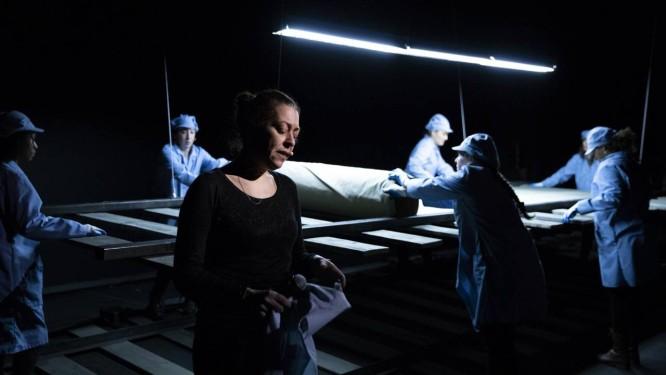 "A atriz Betty Bonifassi na peça ""Slav"