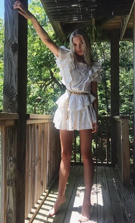 """""""Pés de Barbie"""" é sobre equilíbrio nas pontas dos pés. A intenção é passar a sensação de estar usando um salto alto. Na imagem, a top Elsa Hosk, angel da Victoria's Secret Foto: Reprodução/ Instagram"""
