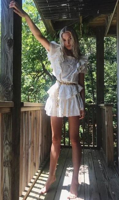 """""""Pés de Barbie"""" é sobre equilíbrio nas pontas dos pés. A intenção é passar a sensação de estar usando um salto alto. Na imagem, a top Elsa Hosk, angel da Victoria's Secret Reprodução/ Instagram"""