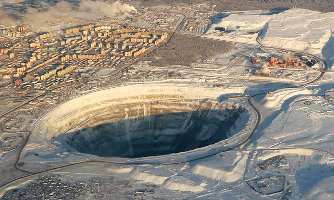 A imagem aéra mostra a dimensão da mina de diamantes em Mirny, na Sibéria Foto: Igor Dvurekov / Wikimedia Commons
