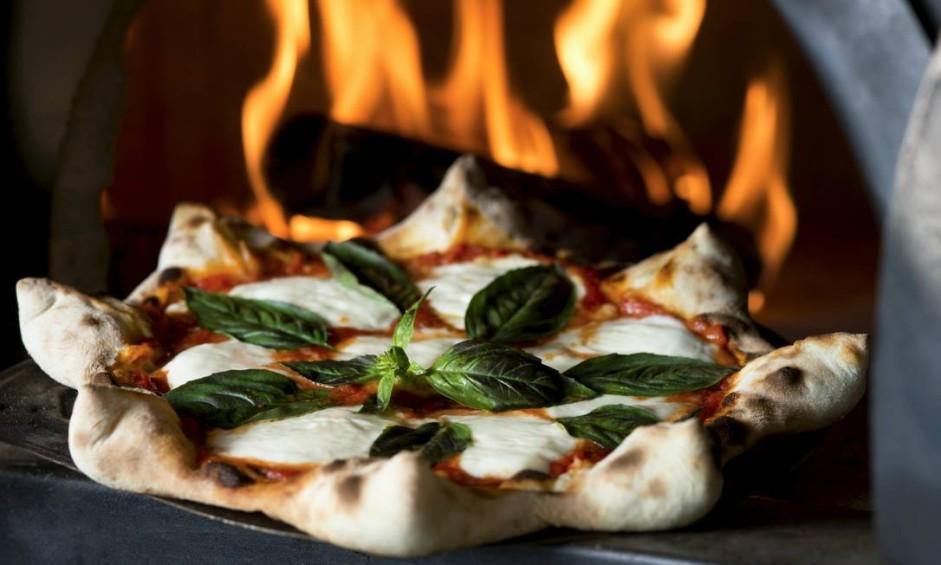 Nolita Oven & Bar. Em formato de estrela, as pizzas superstars têm bordas recheadas e o processo de fermentação da massa dura 100 horas. A da foto é a margerita napoletana (R$64), com mozzarella de búfala, molho de tomates frescos, manjeiricão e orégano. VillageMall. Av. das Américas 3900, Barra (3252-2678) Foto: Alexander Landau / Divulgação