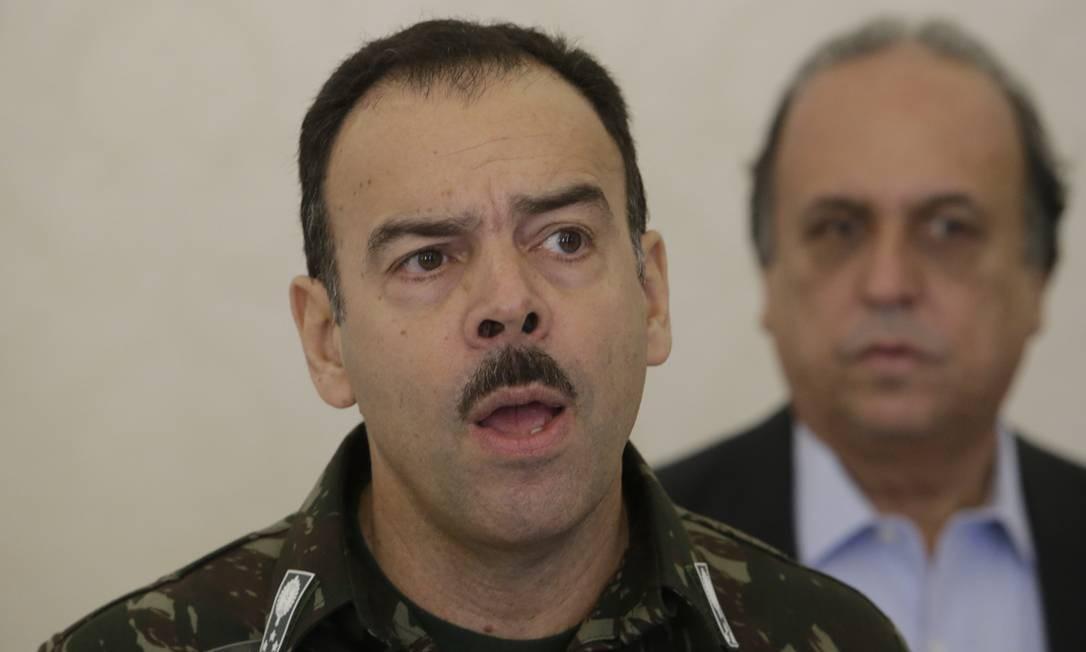 O general Richard Nunes, secretário de Segurança do Rio, à frente do governador Pezão Foto: Antonio Scorza / Agência O Globo