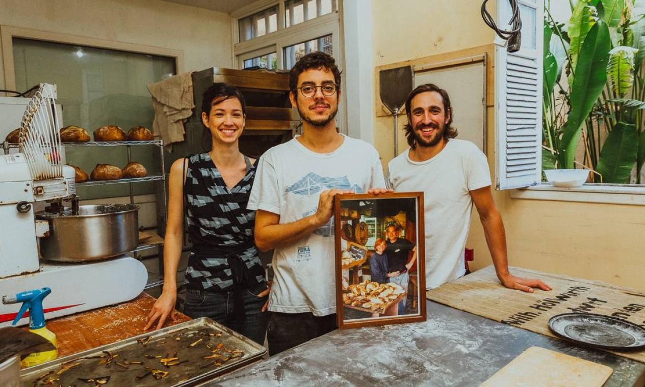 João Pessanha (entre Laura Toledo e Ruben Luckert) abriu uma padaria coletiva no Jardim Botânico e depois se mudou para Botafogo Foto: Divulgação/Samuel Antonini