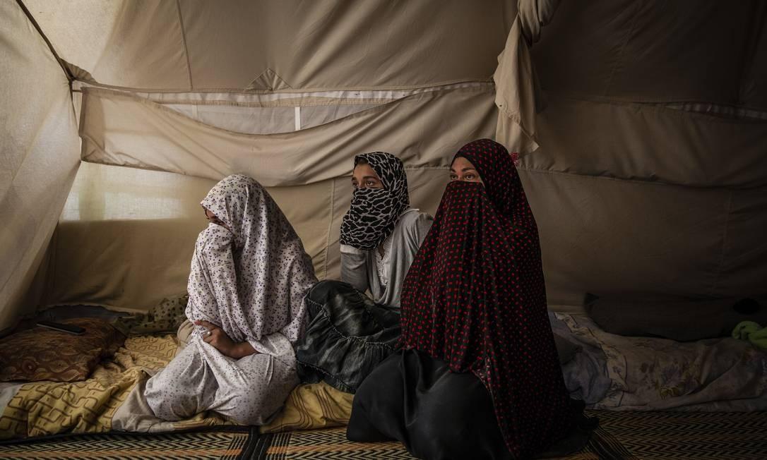 Mulher egípcia e suas duas filhas em uma tenda no campo de Roj, controlado por curdos Foto: IVOR PRICKETT / NYT