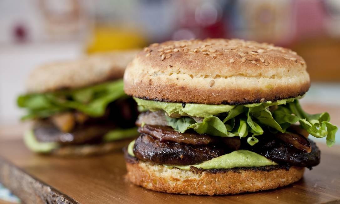 .Org. O restaurante vegetariano tem o bomba burger: cogumelos, maionese verde picante, rúcula, nozes, abacaxi grelhado e picles de rabanete (R$18). Av. Olegário Maciel 175, Barra (2493-1791) Foto: Adriana Lorete / Divulgação