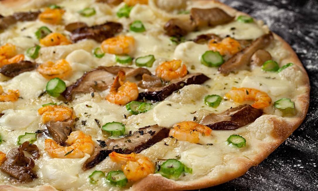 Releitura. Shiitake e camarão formam a dupla protagonista da pizza do Paludo Gourmet: mozarela, alho e aspargos completam a receita: a partir de R$ 35 (brotinho) Foto: Divulgação/Rodrigo Azevedo