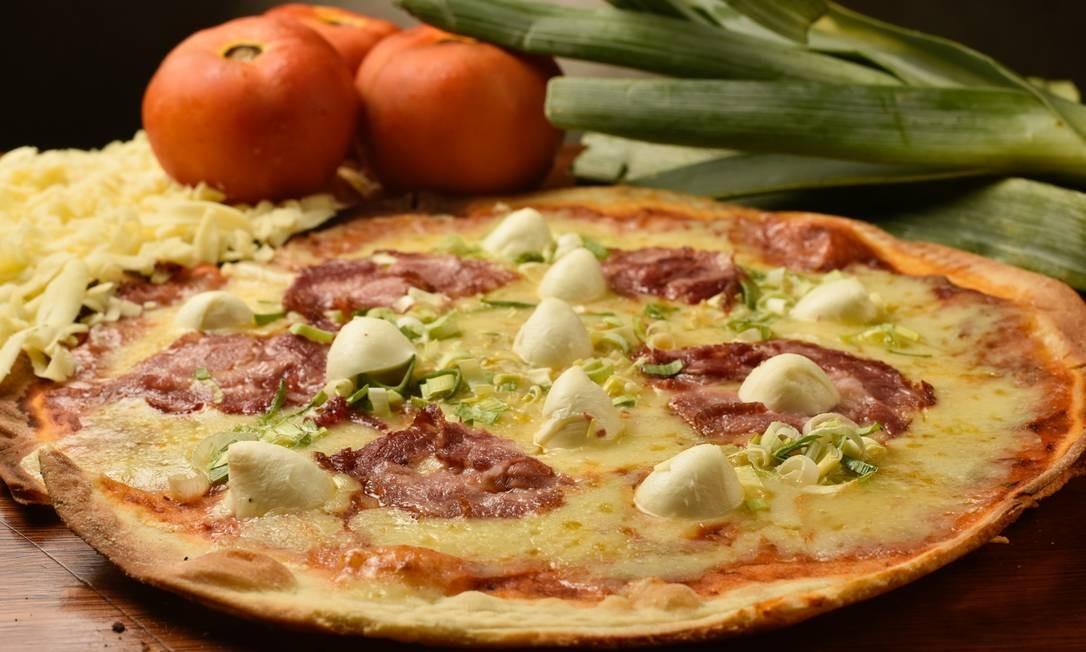 Carne variada. A pizza Caçador, do Queen, leva copa de javali defumada com mozarela de búfala e alho-poró: a médiá custa R$ 59 Divulgação/Bruno de Lima