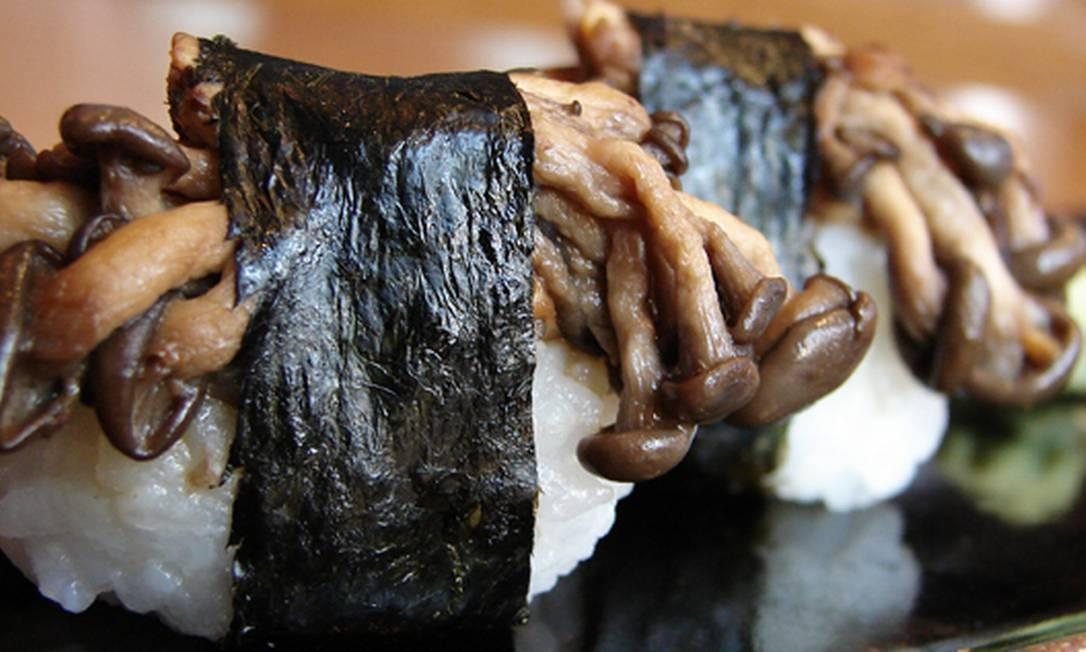 Sushi Leblon. Dupla de sushi de shimeji (R$ 17) é uma pedida vegetariana no japonês do Leblon. Rua Dias Ferreira 256, Leblon (2512-7830) Foto: Divulgação