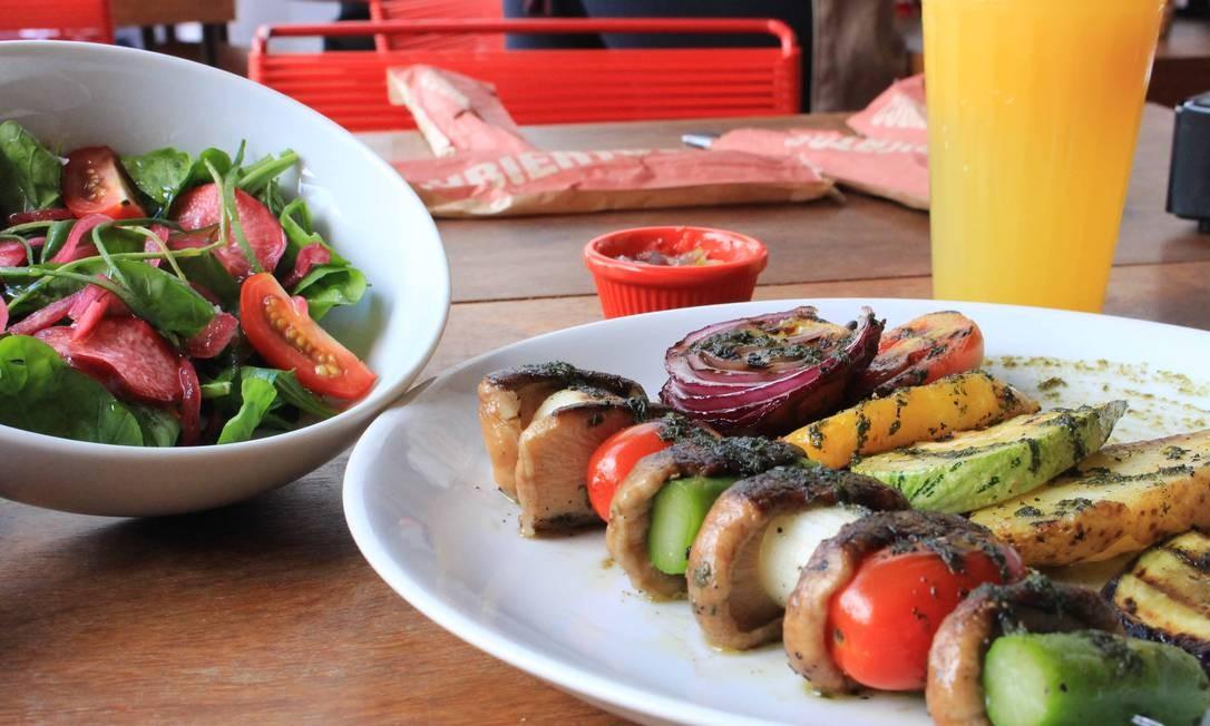 iVenga! Taberna. A brocheta vegana (R$42), com cogumelos, aspargos e tomate, é uma das opções de prato executivo, que vem com entrada e sobremesa. Rua Visconde de Carandaí 5, Jardim Botânico (3502-4123) Foto: Camila Nagem / Divulgação