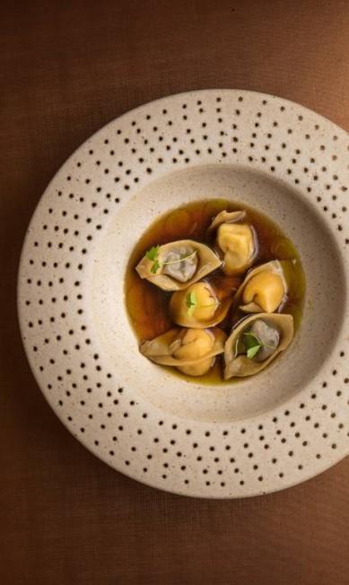 Olympe. O tortelline de tubérculos e caldo de shiitake é um dos destaques do menu 'A Criação' (R$ 250), que acaba de ser renovado. R. Custódio Serrão 62, Lagoa (2537-8582) TomasRangel / Divulgação