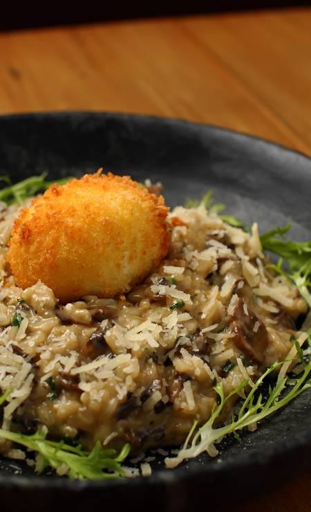 Nola. Um ovo mollet é o detalhe que faz a diferença no risoto de cogumelo trufado (R$ 52). Rua Dias Ferreira 247, Leblon (2274-5590) Foto: Tiago Sodré / Divulgação