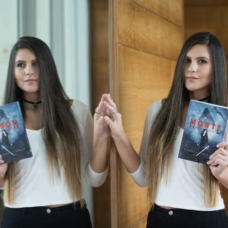 """A estudante Isabella Balliano com """"Os filhos da morte"""": protagonista forte, anjos e ceifadores Foto: Emily Almeida / Agência O Globo"""