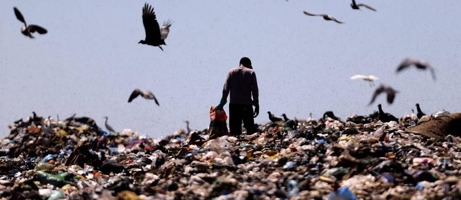 Catador no último dia do Lixão da Estrutural, em Brasília: governos esboçam planos para trocar despejos irregulares de resíduos por aterros sanitários regionais Foto: Jorge William / Agência O Globo/19-1-2018