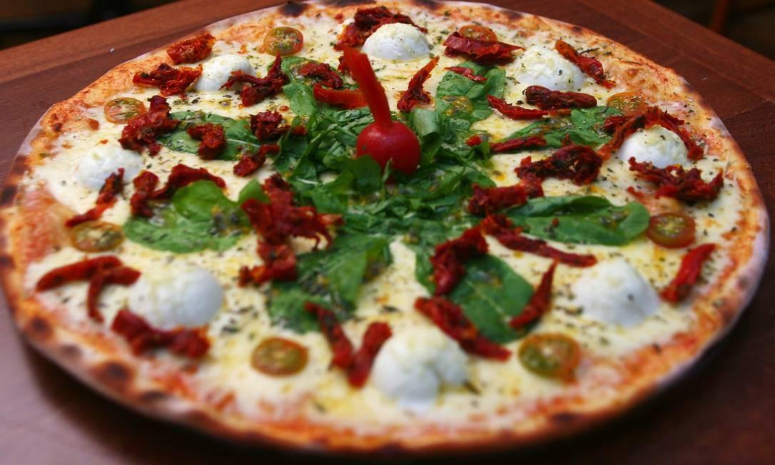Victoria Rio. A pizza burrata é servida com tomate confit, rúcula, azeitonas e molho de tomate (R$ 68) Foto: Daniel Ramalho / Divulgação