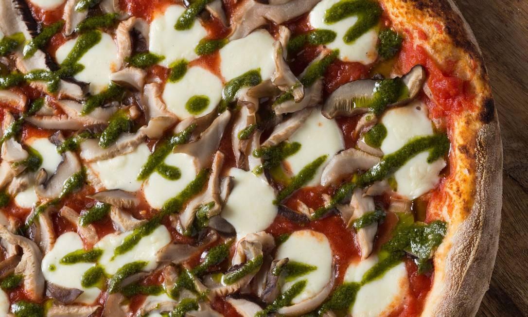 La Pizzateca. A redonda de shitake, feita com molho pesto feito no estabelecimento, custa R$ 63,90 Foto: Eduardo Almeida / Divulgação