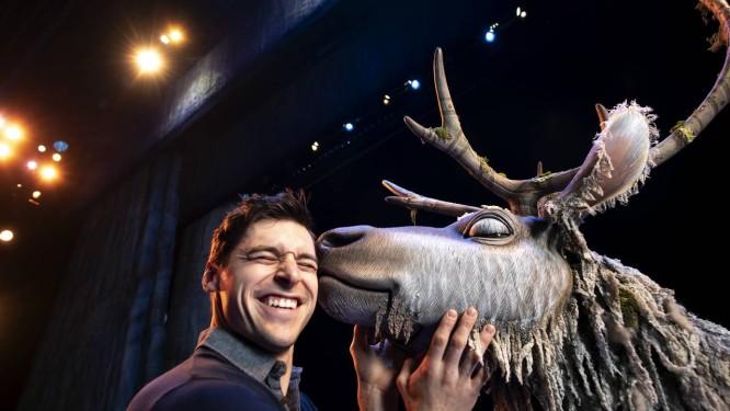 Andrew Pirozzi, à esquerda, e Adam Jepsen, com a fantasia de Sven no teatro St. James, em Nova York Foto: JOHN KARSTEN MORAN / NYT