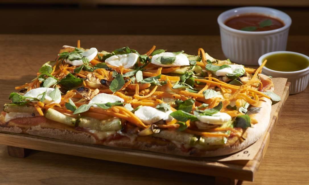 Pizza por Metro. A piamontesa (R$ 59, de 25cm; e R$ 110, de 50cm) foi criada para celebrar a data Foto: Divulgação/Selmy Yassuda