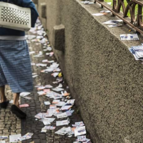 Santinhos no chão de um ponto de votação na Tijuca, Rio de Janeiro, em 2016 Foto: Ana Branco / Agência O Globo