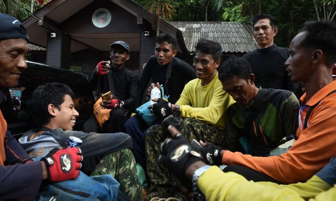 Voluntários se prepararam para mergulhar em complexo de cavernas à procura de entradas alternativas; resgate de 13 pessoas na Tailândia comove o mundo Foto: LILLIAN SUWANRUMPHA / AFP