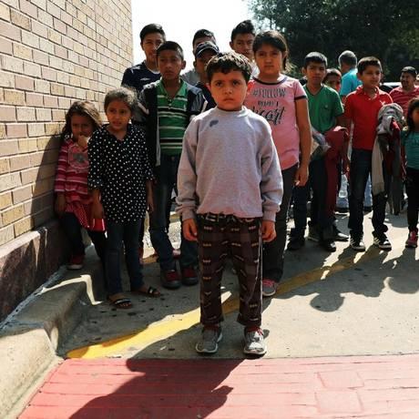 Crianças de Honduras e El Salvador liberadas para responder em liberdade com as suas famílias após terem chegado pela fronteira Sul nos EUA; outras 3 mil foram separadas dos pais e aguardam reunificação em abrigos Foto: SPENCER PLATT / AFP
