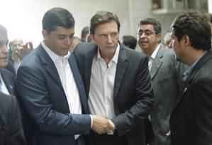 Prefeito Marcelo Crivella com o pré-candidato do PSD a governador, Indio da Costa Foto: Gabriel Paiva / Agência O Globo