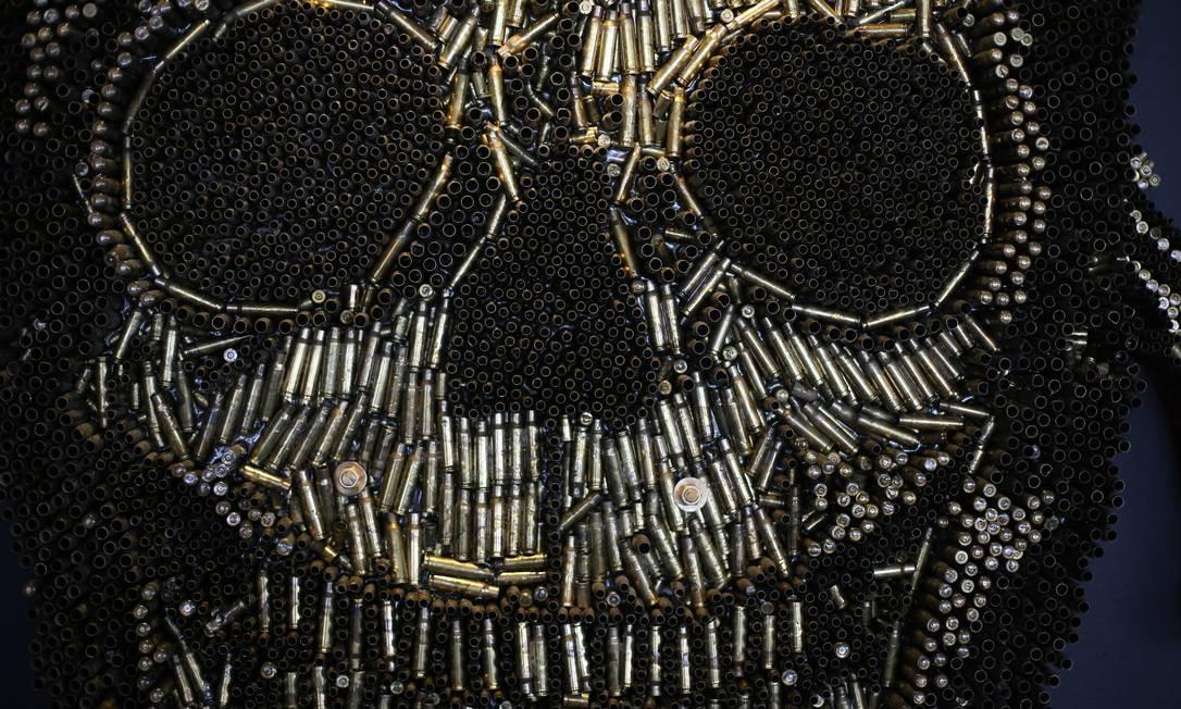 Foram usadas 12 mil cápsulas para confeccionar a caveira que simboliza o Bope Foto: Pedro Teixeira / Agência O Globo