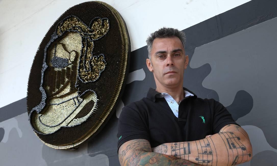 O armadura que caracteriza o BPChoque foi produzida em uma semana Foto: Pedro Teixeira / Agência O Globo