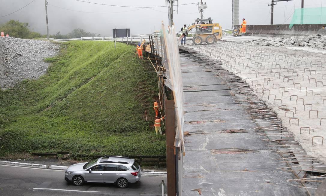 A Rodovia BR-040, que vai completar 90 anos no próximo mês, parece ter voltado ao tempo do imperador Dom Pedro I Foto: Marcio Alves / Agência O Globo