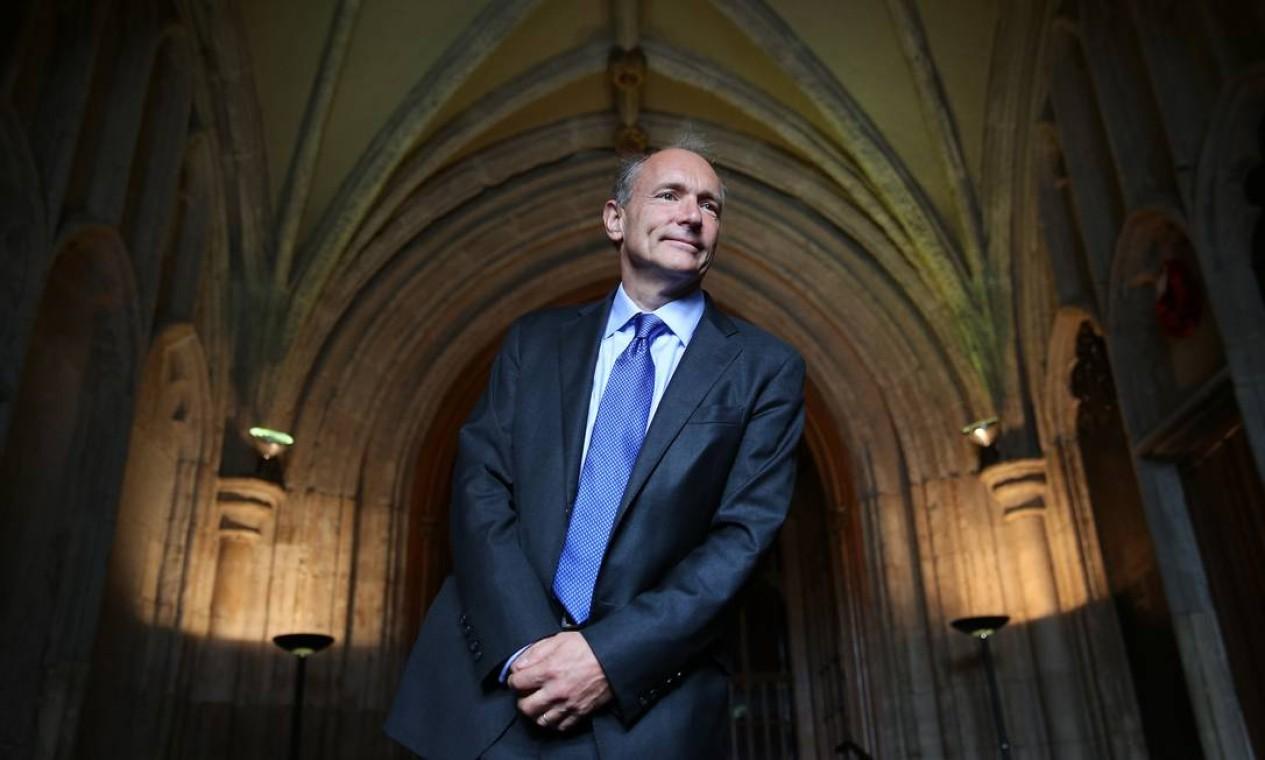"""Tim Berners-Lee: Físico inglês, criador da World Wide Web, um dos maiores críticos do que se tornou a internet, afirma que a rede deveria ter ajudado a descentralizar o mundo real, mas que, na verdade, ocorreu justamente o oposto. Ele trabalha hoje na criação do que chama de um """"antídoto"""" para males como a invasão de privacidade e a disseminação de notícias falsas na realidade digital. Foto: Peter Macdiarmid / Getty Images"""