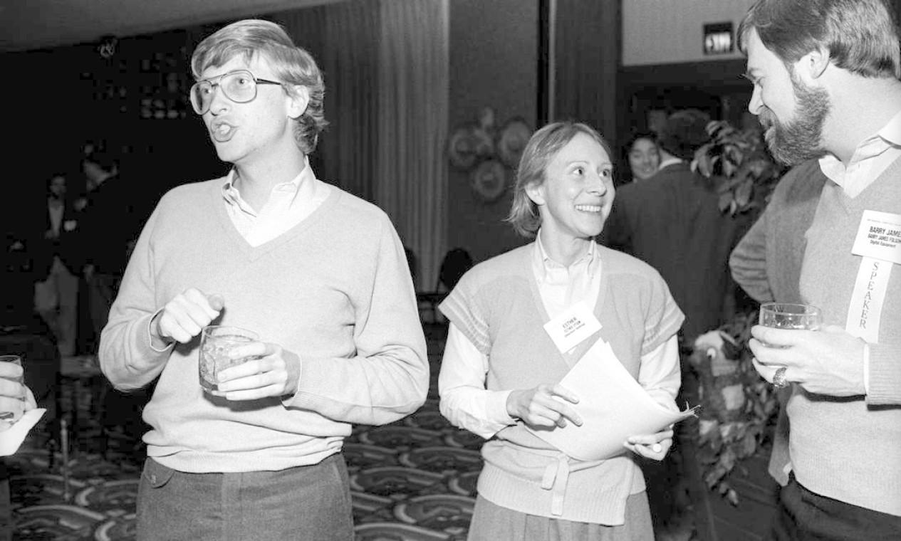 Esther Dyson: A amiga de Bill Gates (na foto, com o próprio e o estrategista Barry James Folsom, em 1985) era apaixonada por desbravar novos mercados. Entusiasta do crescimento da sociedade digital, foi a principal capitalista de risco a financiar start ups dispostas a investir na rede mundial de computadores. Posteriormente, apoiou iniciativas também nas áreas de saúde e tecnologia aeroespacial. Foto: Ann E. Yow-Dyson / Getty Images
