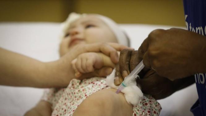 Bebê sendo vacinada contra o sarampo em um posto de saúde do Rio de Janeiro Foto: PABLO JACOB / Agência O Globo