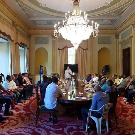 Reunião do prefeito do Rio com ambulantes da Vila Kennedy no Palácio da Cidade Foto: Divulgação