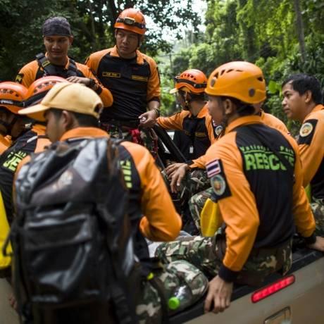 Socorristas perto da caverna de Tham Luang, norte da Tailândia Foto: AFP / YE AUNG THU