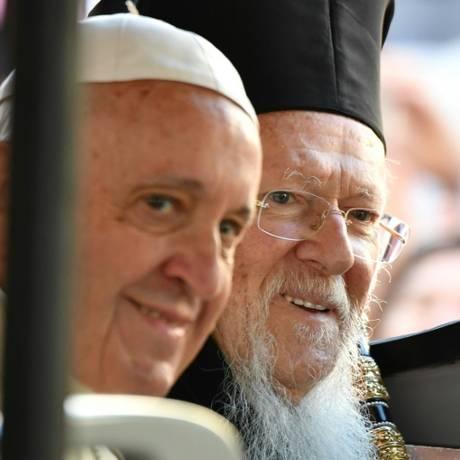 Papa Francisco com o patriarca da Igreja ortodoxa, Bartolomeu I, em Bari Foto: AFP / Alberto Pizzoli