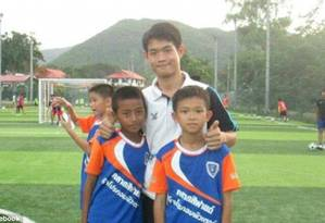 Ekapol Chanthawong, treinador assistente que está preso com meninos de time de futebol em caverna da Tailândia Foto: © Facebook