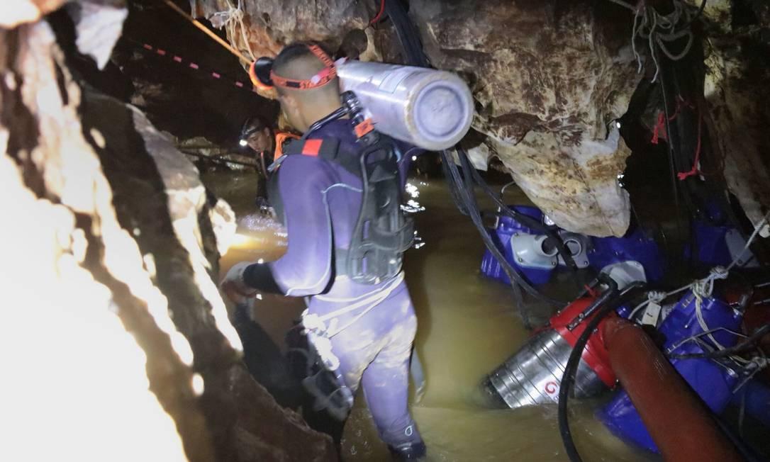 Mergulhador carrega garrafa de ar nos preparativos para a operação de resgate iniciada neste domingo: todas foram usadas e precisam ser recolocadas Foto: / AFP / ROYAL THAI NAVY