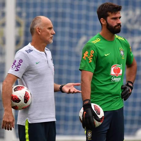 Taffarel conversa com Alisson durante treino do Brasil em Sochi Foto: NELSON ALMEIDA/AFP