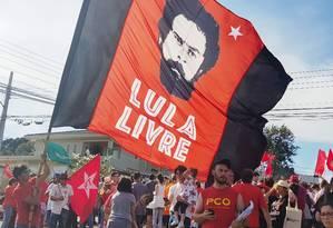 Apoiadores do ex-presidente Luiz Inácio Lula da Silva fazem manifestação na porta da Polícia Federal em Curitiba, onde o petista está preso Foto: Franklin de Freitas / AFP